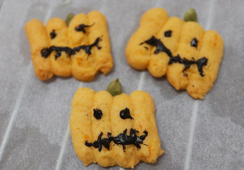 用南瓜做萬聖節造型餅乾,手繪鬼臉更古錐~